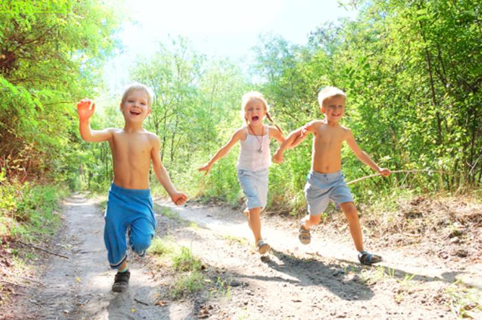 Дети бегут по проселочной дороге