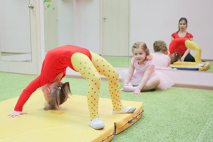 """Девочка выполняет упражнение """"Мостик"""""""