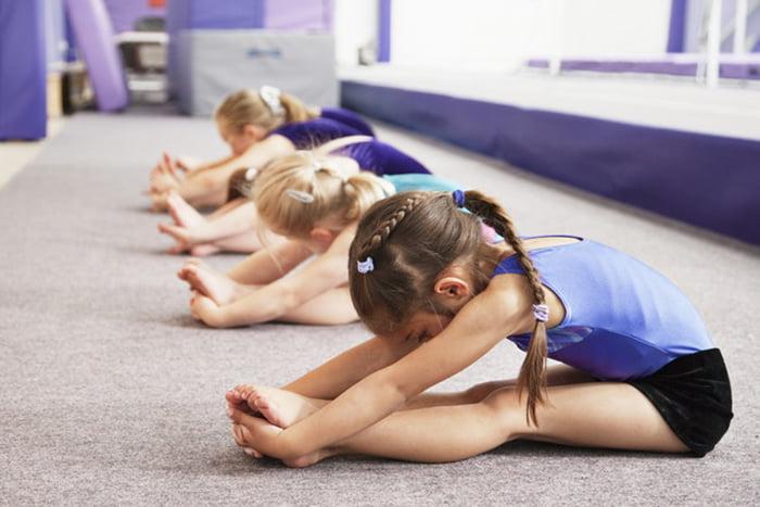 Пятилетние девочки на занятии гимнастикой