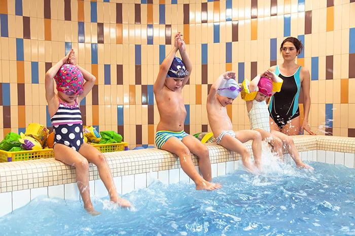 Занятие для детей в бассейне