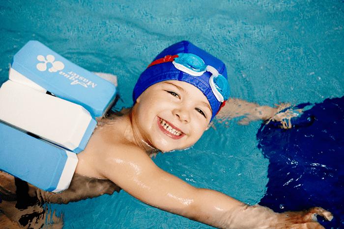 Ребенок на занятии в бассейне