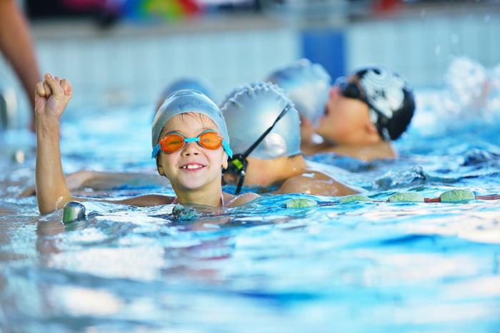 Эстафета для детей в бассейне