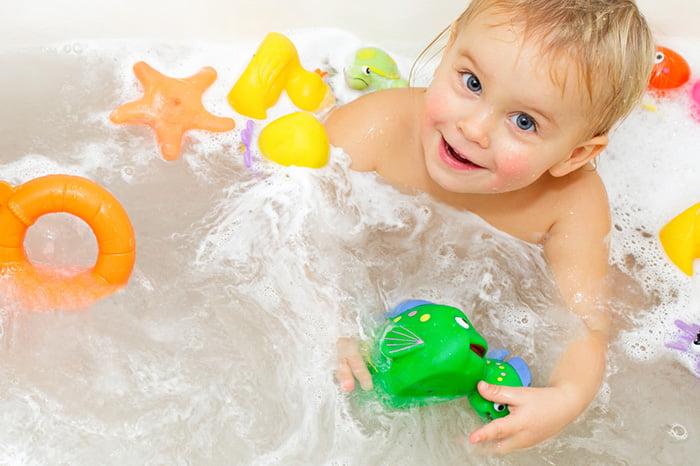 Ребенок с игрушками в ванне