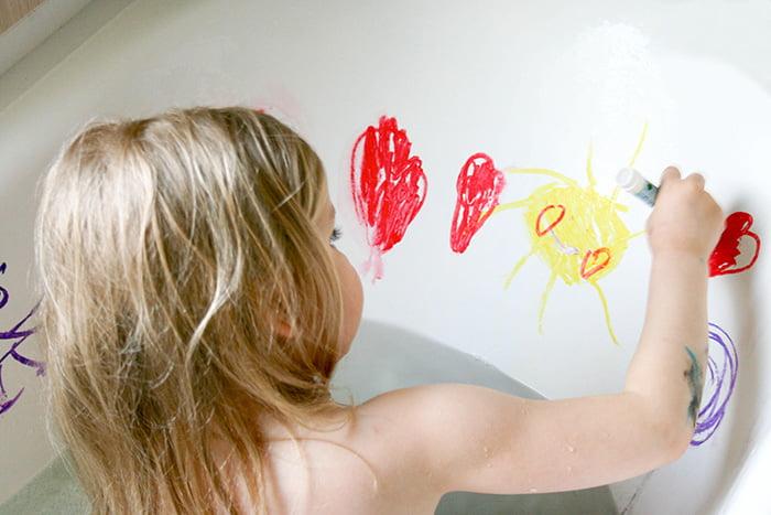 Девочка рисует в ванне