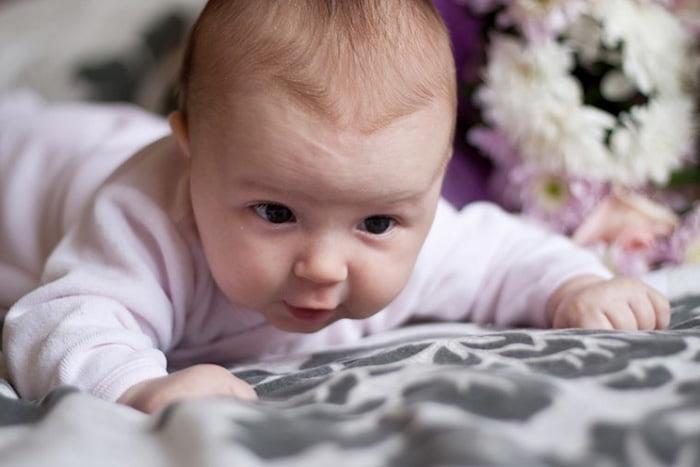 Малыш учится держать голову