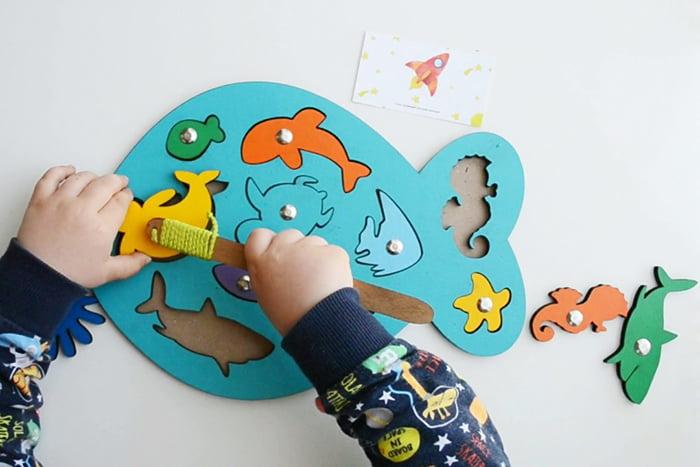 Ребенок играет в магнитную рыбалку