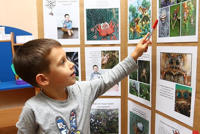 Ребенок изучает насекомых