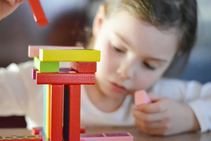 Ребенок строит башню из конструктора