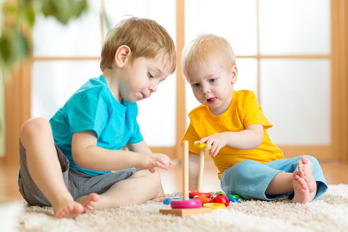Мальчики собирают пирамидку