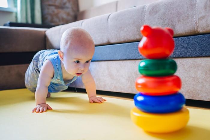 Малыш ползет к пирамидке