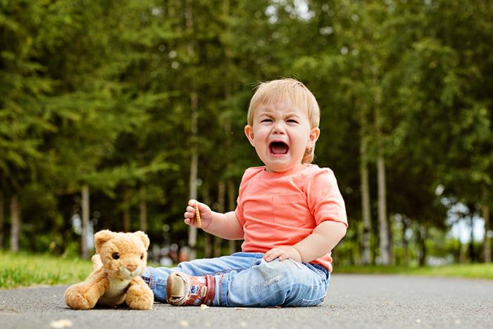 Двухлетний ребенок плачет