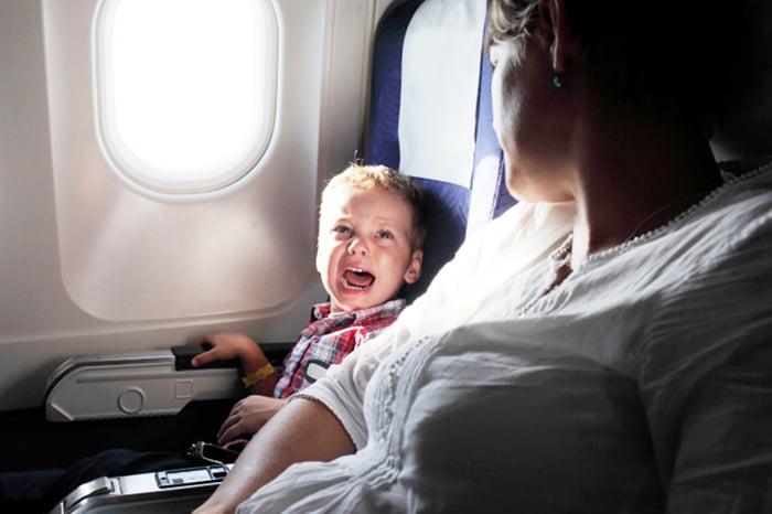 Ребенок плачет в самолете