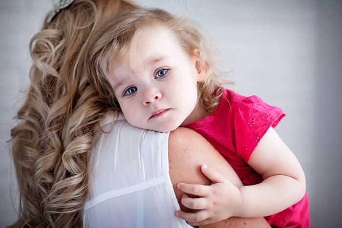 Мама обнимает двухлетнюю дочку