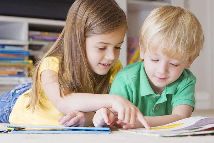 Дети рассматривают картинку