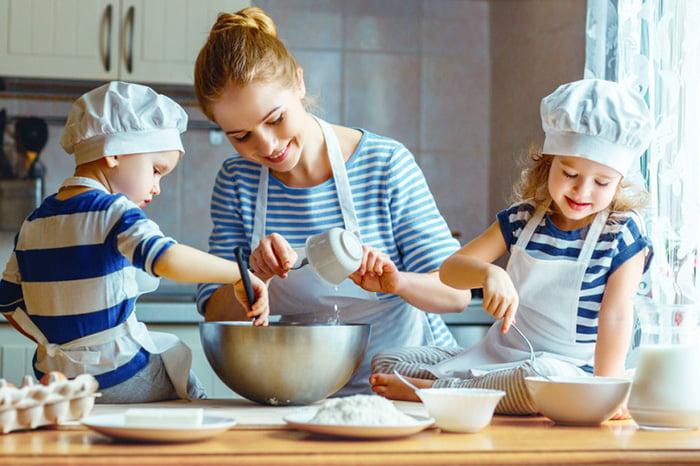 Дети помогают маме делать тесто