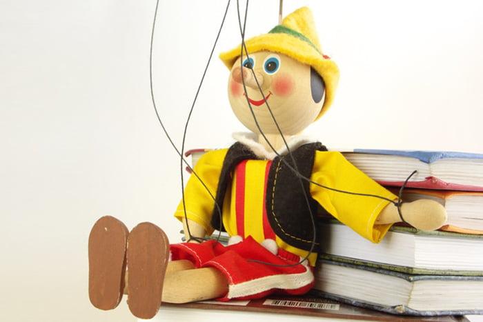 Марионетка Пиноккио и книги
