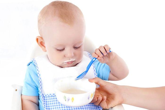 10-месячный ребенок кушает сам