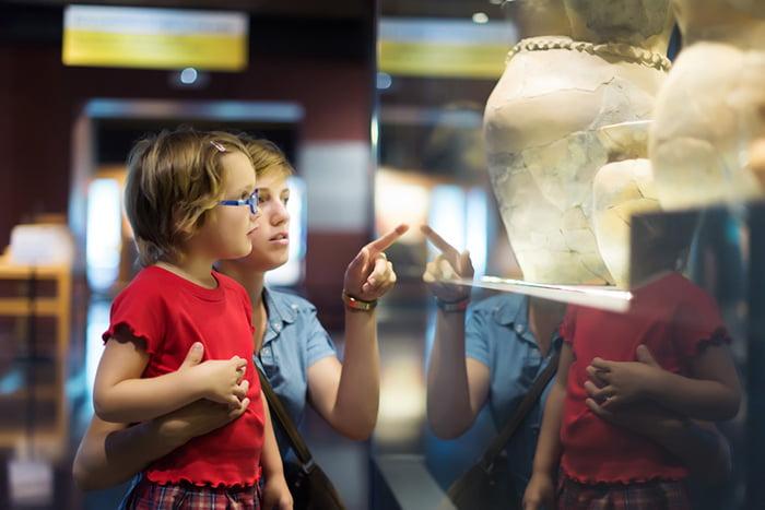 Мама с дочкой в музее