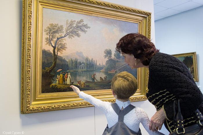 Ребенок в картинной галерее