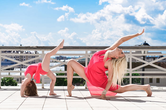 Мама с дочкой занимаются гимнастикой