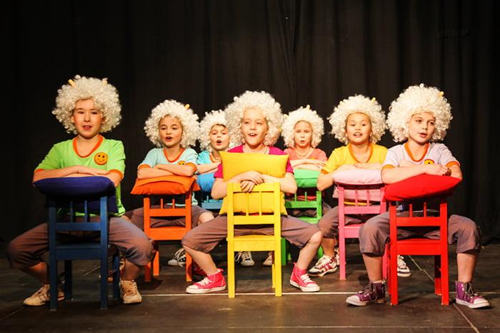 Дети играют в театр