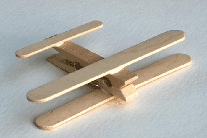 Самолет из прищепки и палочек от мороженого