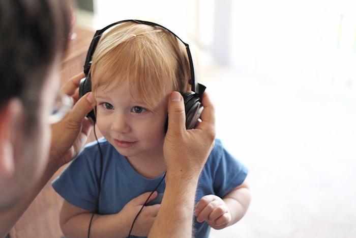 Ребенок слушает музыку в наушниках