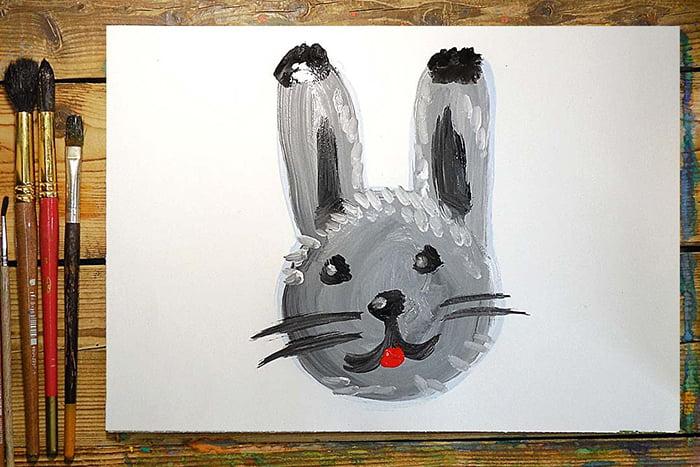 Ребенок нарисовал зайчика