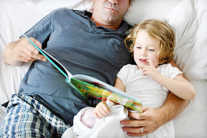 Папа с дочкой рассматривают книжку