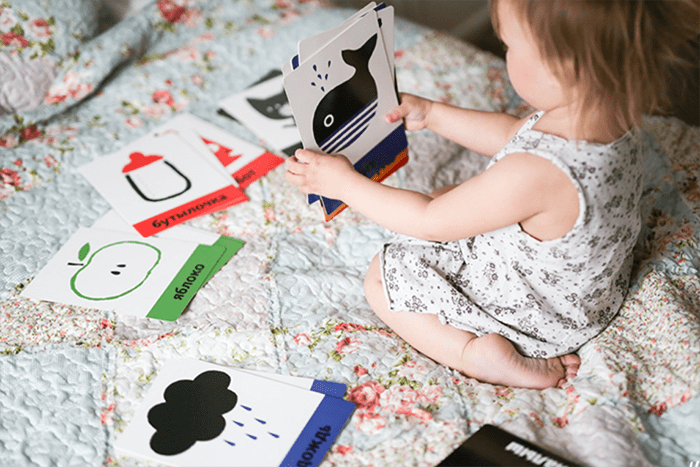 Маленькая девочка с логическими карточками