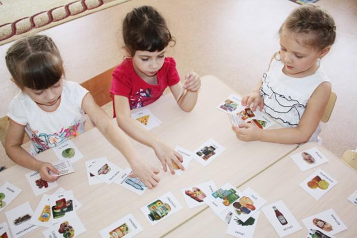 Дошкольники с карточками