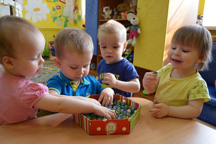 Дети с сенсорной коробочкой
