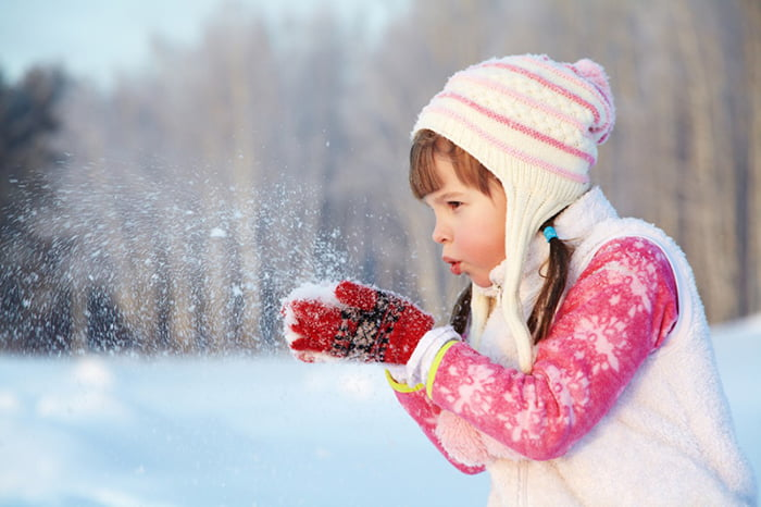 Девочка играет со снегом