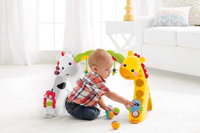 Годовалый ребенок с новой игрушкой