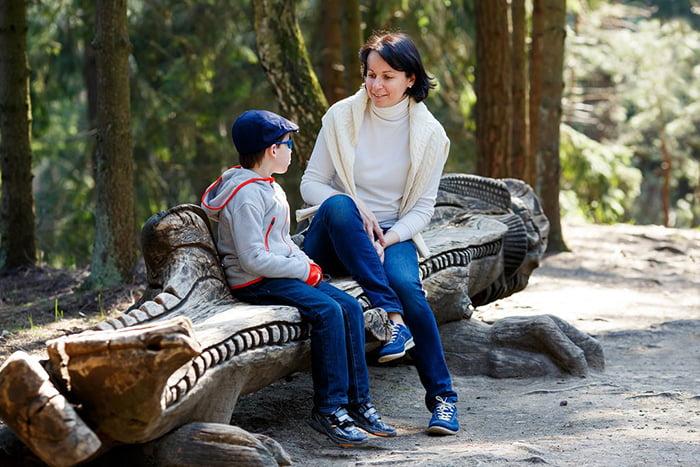 Мама разговаривает с сыном в парке