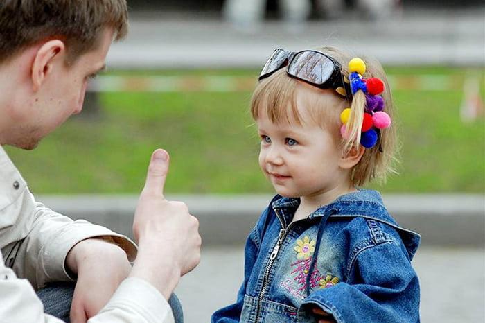 Папа хвалит дочку