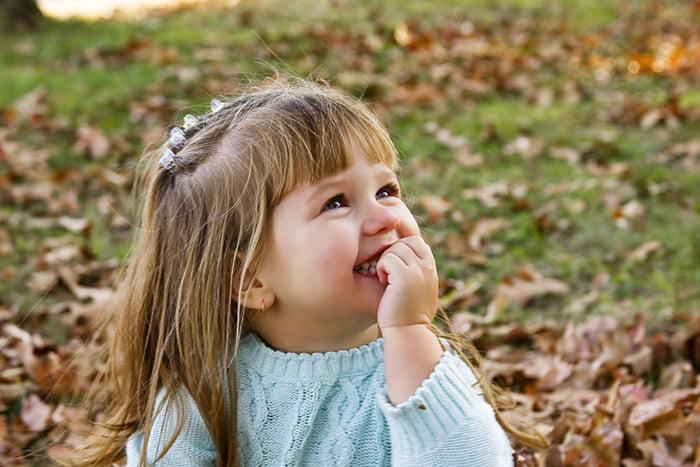 Девочка на прогулке осенью