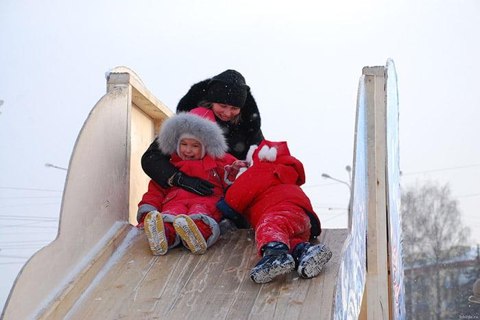 Мама с детьми на горке зимой