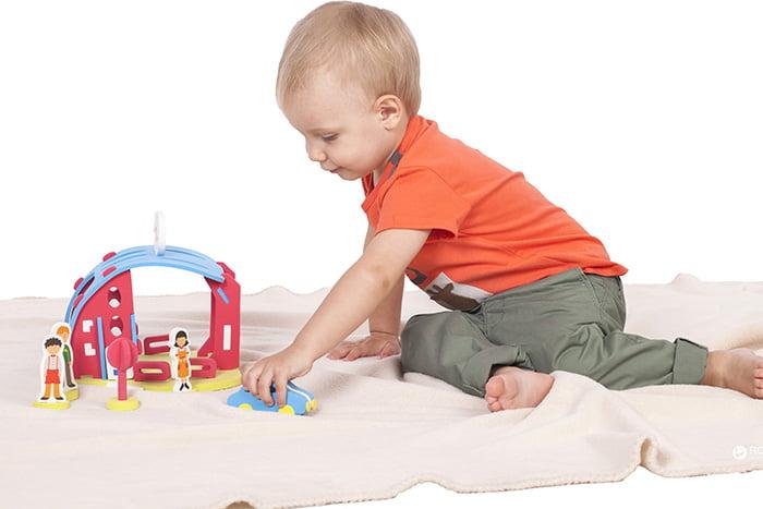 Ребенок играет с конструктором и машинкой