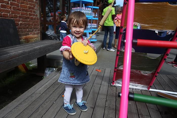 Маленькая девочка с игрушкой