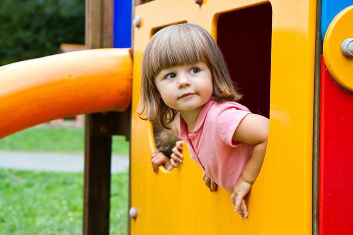 Двухлетняя девочка на детской площадке