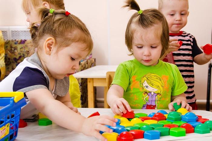Двухлетние дети играют
