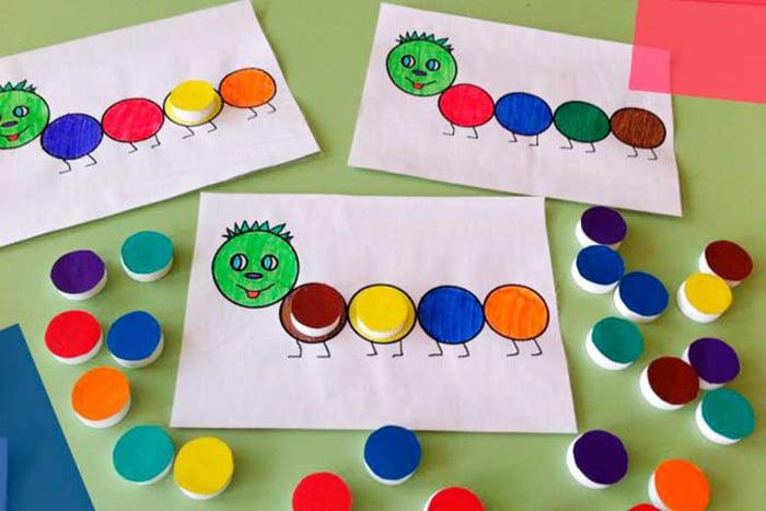 Игра с цветными крышечками для детей