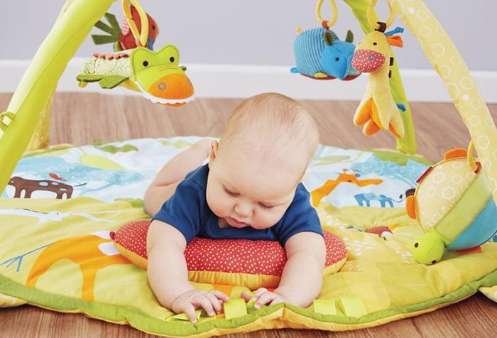 Малыш на развивающем коврике
