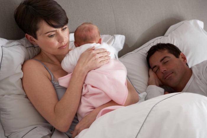 Новорожденная девочка проснулась ночью
