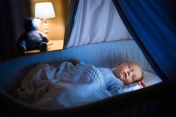 Малыш спит ночью в кроватке
