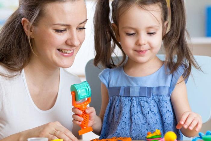 Девочка с мамой занимается творчеством