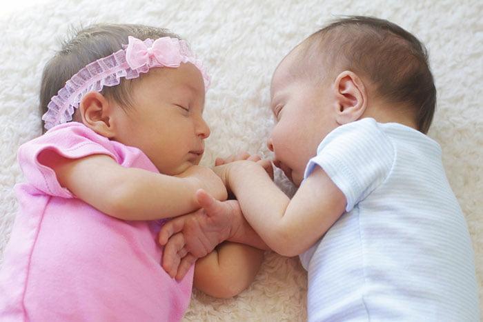 Младенцы-двойняшки - девочка и мальчик