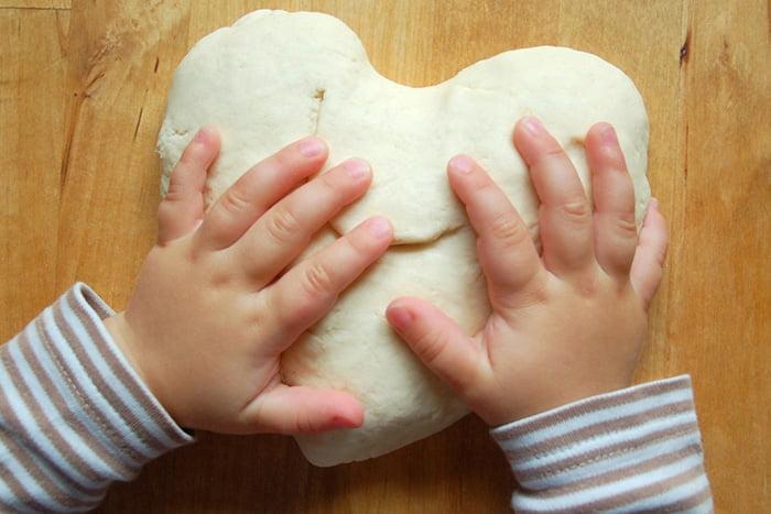Ребенок с сердечком из соленого теста
