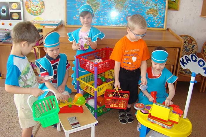 Дети в детском саду играют в магазин